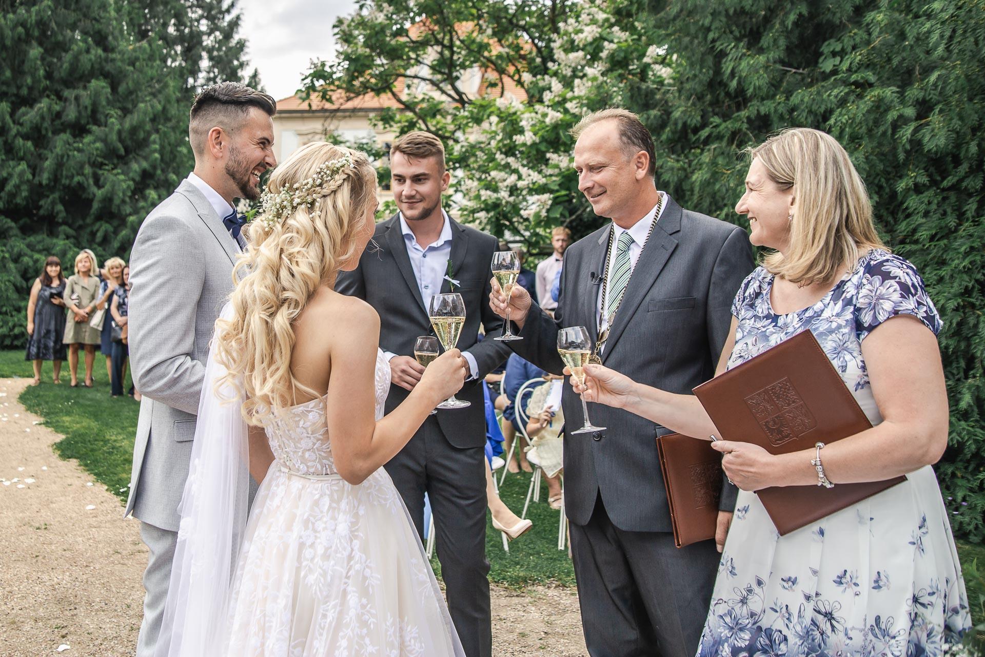 svatební-fotograf-zámek-Loučeň-svatební-video-zámek-Loučeň-3694