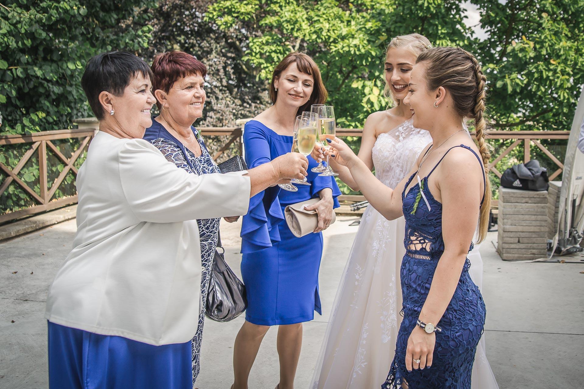 svatební-fotograf-zámek-Loučeň-svatební-video-zámek-Loučeň-4383