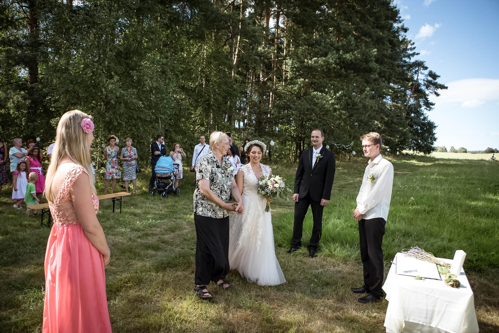 svatební fotograf boho svatba přírodní svatba-11