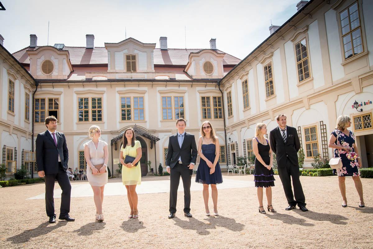 Svatební-hosté-na-zámku-Loučeň-Svatební-fotograf-Studio-Beautyfoto-Svatba-Loučeň-Svatební-video