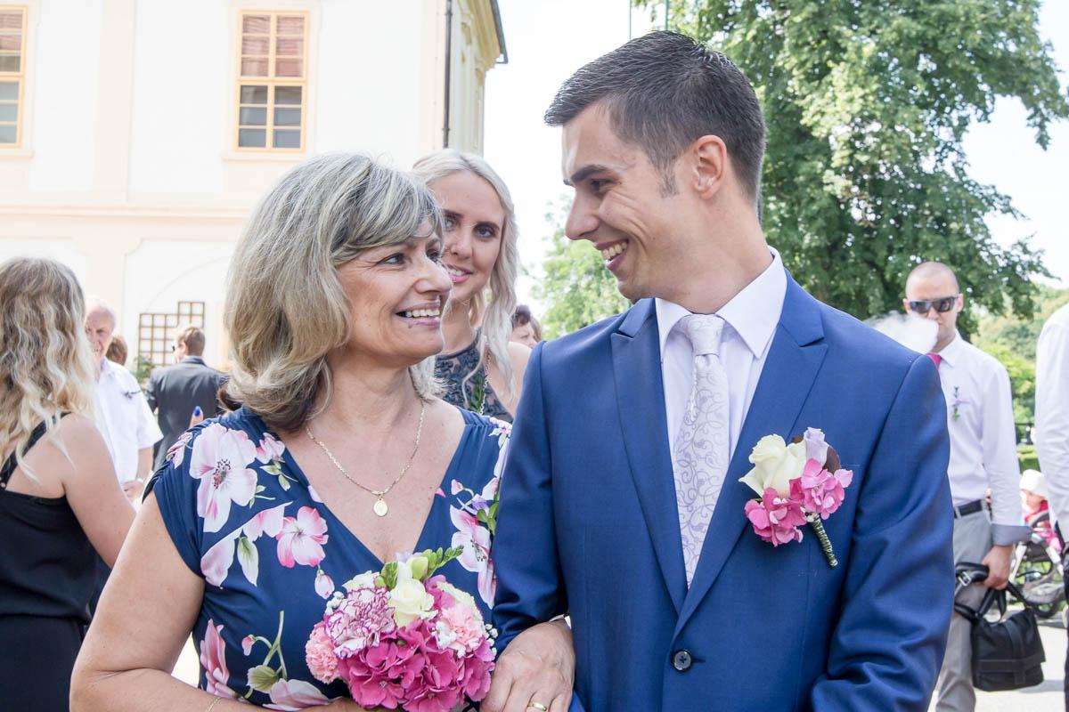 Ženich-a-maminka-ženicha-na-zámku-Loučeň-Svatební-fotograf-Studio-Beautyfoto-Svatba-Loučeň-Svatební-video