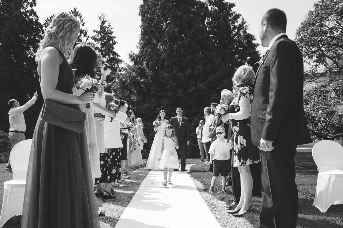 Družička-Svatební-fotograf-Studio-Beautyfoto-Svatba-Loučeň-Svatební-video