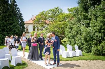Příchod-ženicha-a-maminky-ke-svatebnímu-obřadu-Svatební-fotograf-Studio-Beautyfoto-Svatba-Loučeň-Svatební-video