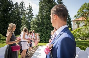 Čekání-ženicha-na-nevěstu-Svatební-fotograf-Studio-Beautyfoto-Svatba-Loučeň-Svatební-video