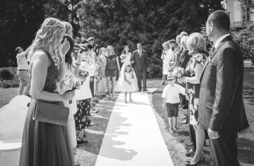 Špalír-svatebčanů-zámek-Loučeň-Svatební-fotograf-Studio-Beautyfoto-Svatba-Loučeň-Svatební-video