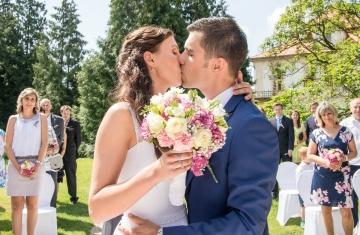 svatební-polibek-zámek-Loučeň-Svatební-fotograf-Studio-Beautyfoto-Svatba-Loučeň-Svatební-video