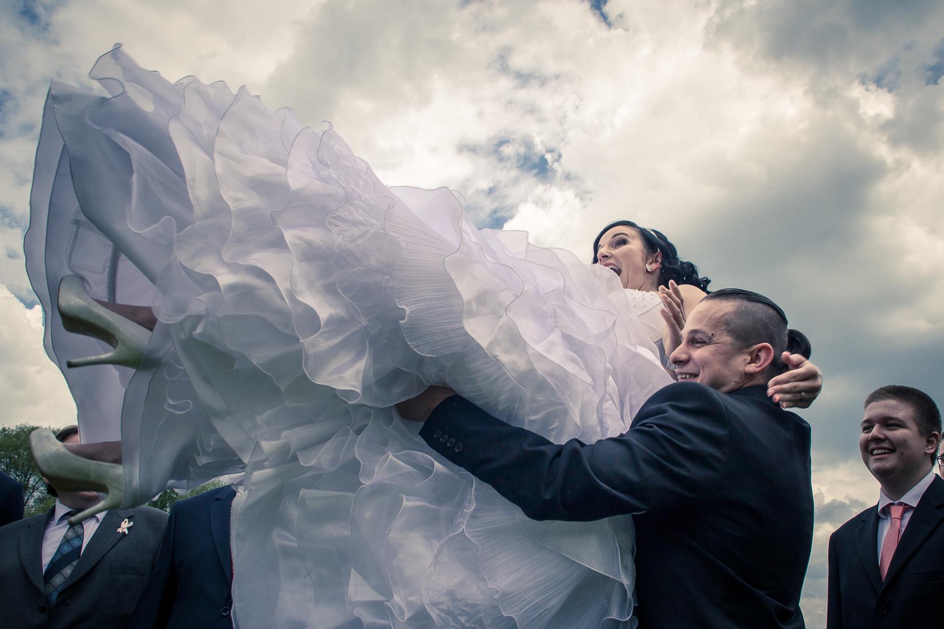 svatební fotografie vyhazování nevěsty