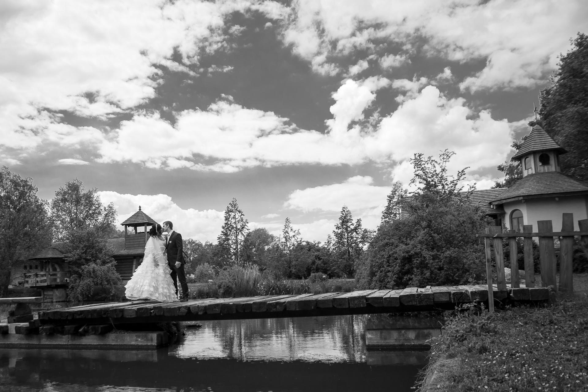 svatební černobílá  fotografie  portrét novomanželů resort Svět Úžice