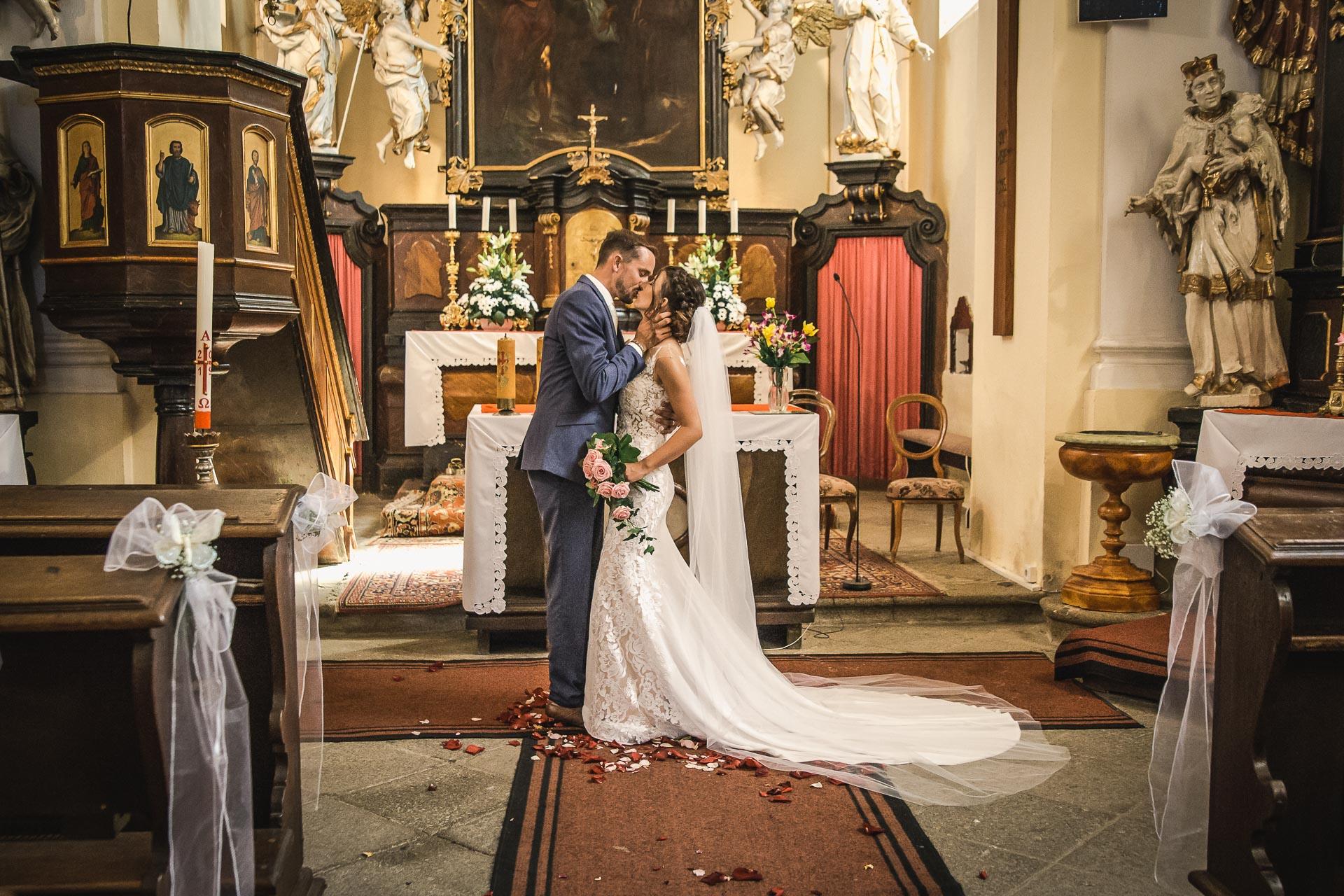 svatební-fotograf-wedding-svatebni-video-orlík-vltava-kostel-statek-stodola-boho-svatba-Beautyfoto-288