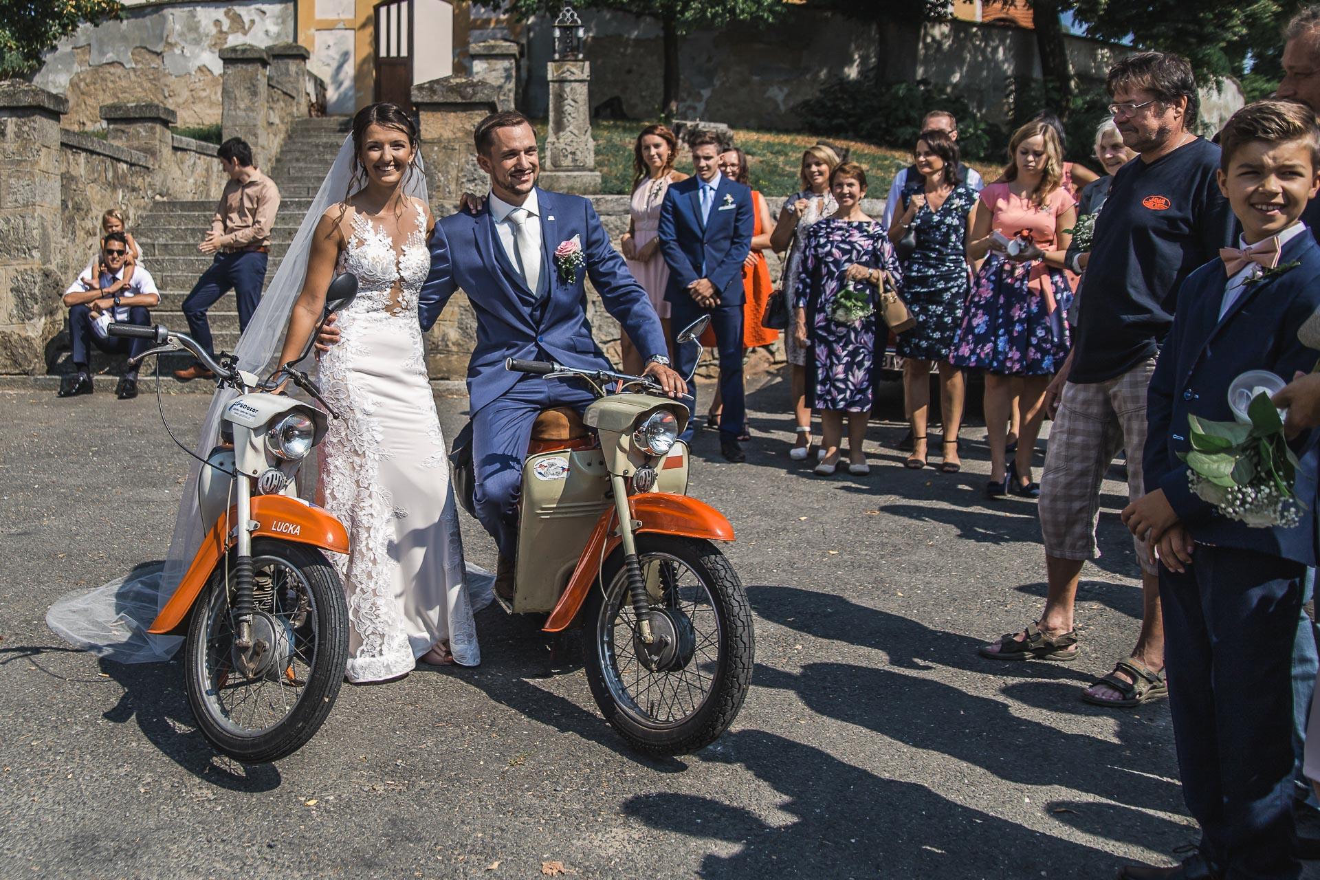 svatební-fotograf-wedding-svatebni-video-orlík-vltava-kostel-statek-stodola-boho-svatba-Beautyfoto-307
