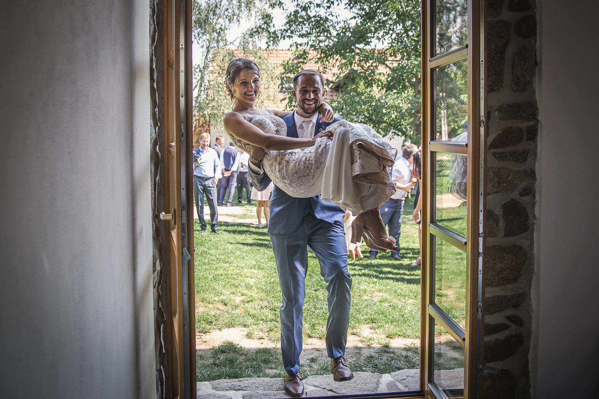 svatební-fotograf-wedding-svatebni-video-orlík-vltava-kostel-statek-stodola-boho-svatba-Beautyfoto-357