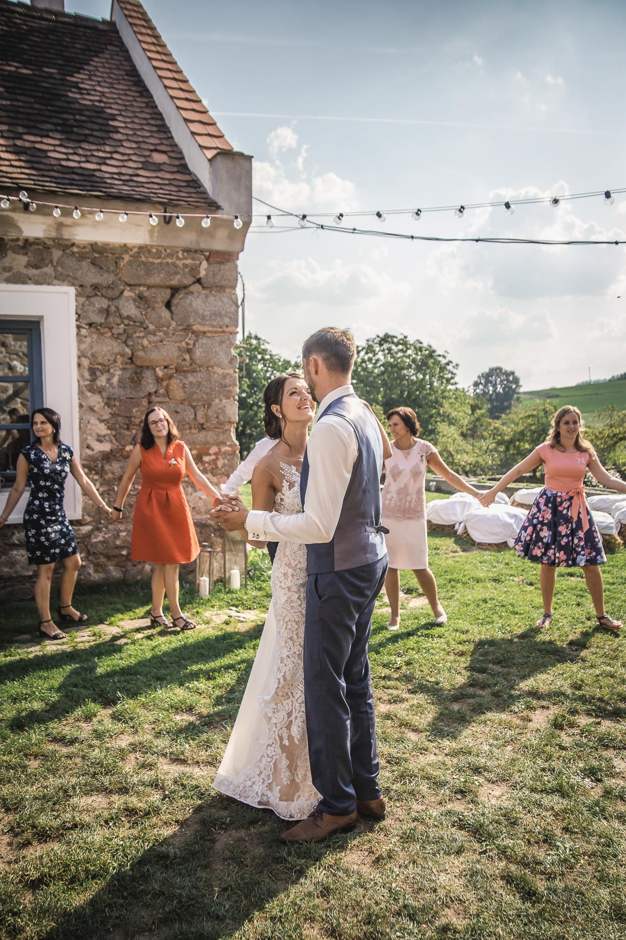 svatební-fotograf-wedding-svatebni-video-orlík-vltava-kostel-statek-stodola-boho-svatba-Beautyfoto-437