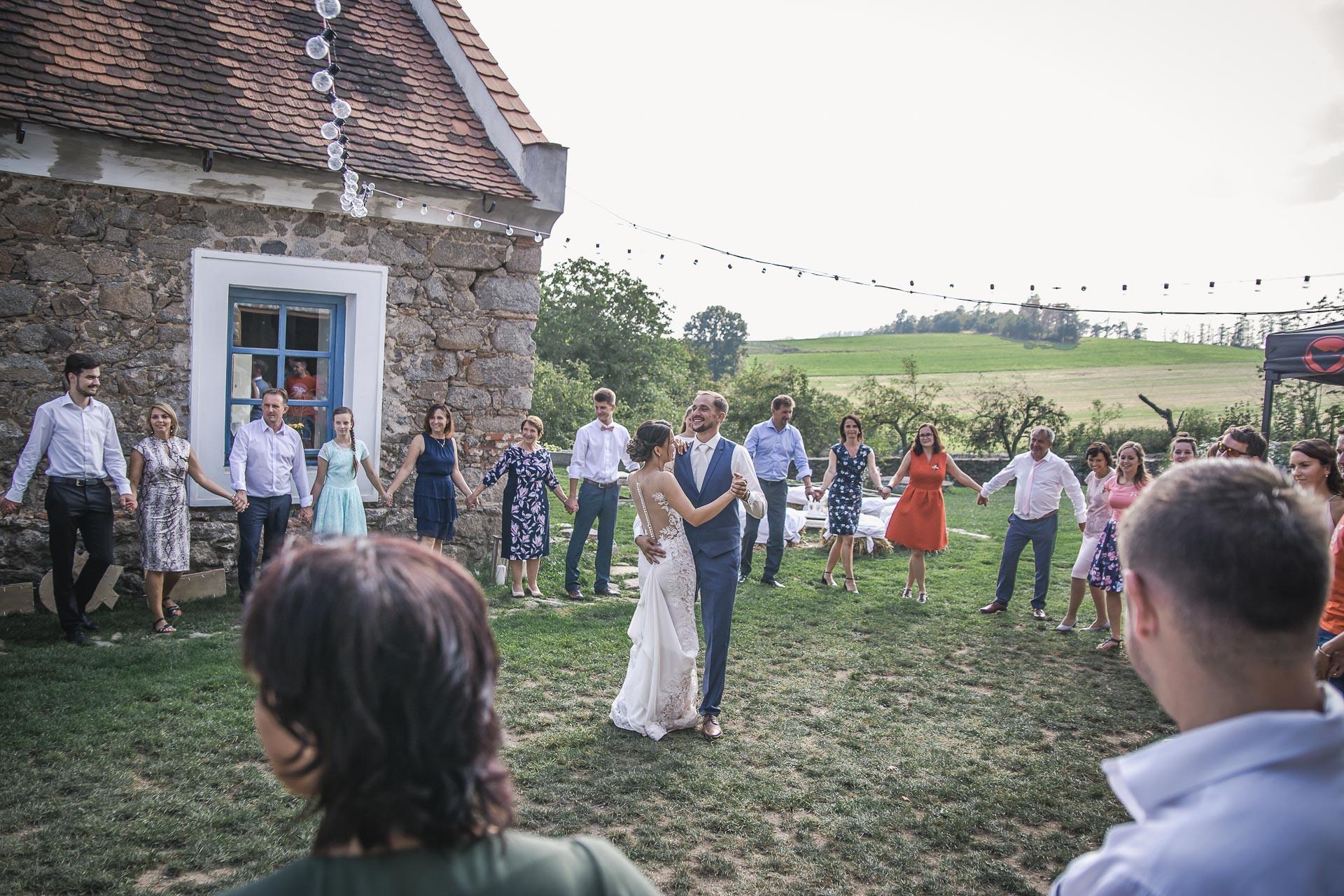 svatební-fotograf-wedding-svatebni-video-orlík-vltava-kostel-statek-stodola-boho-svatba-Beautyfoto-442