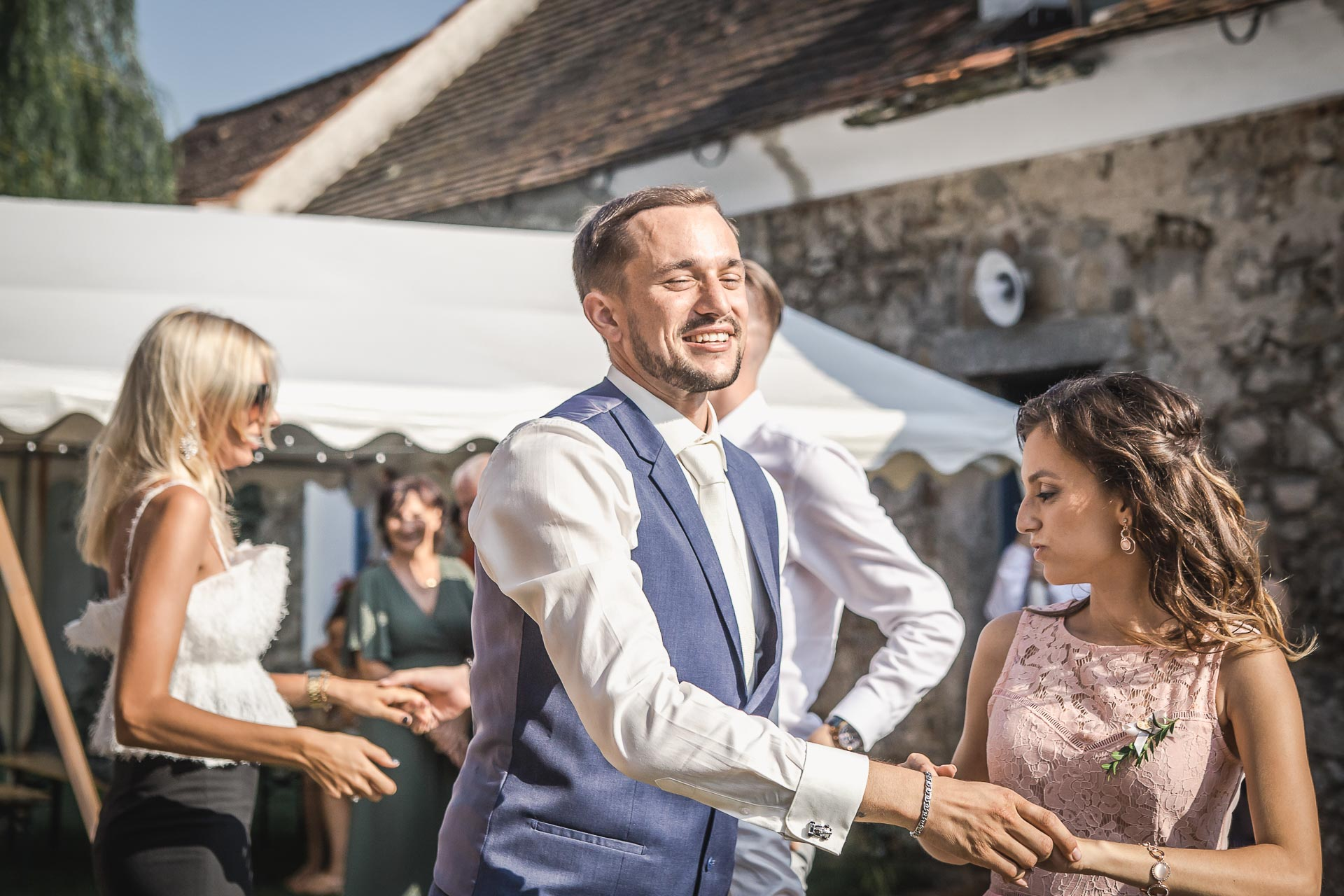 svatební-fotograf-wedding-svatebni-video-orlík-vltava-kostel-statek-stodola-boho-svatba-Beautyfoto-452