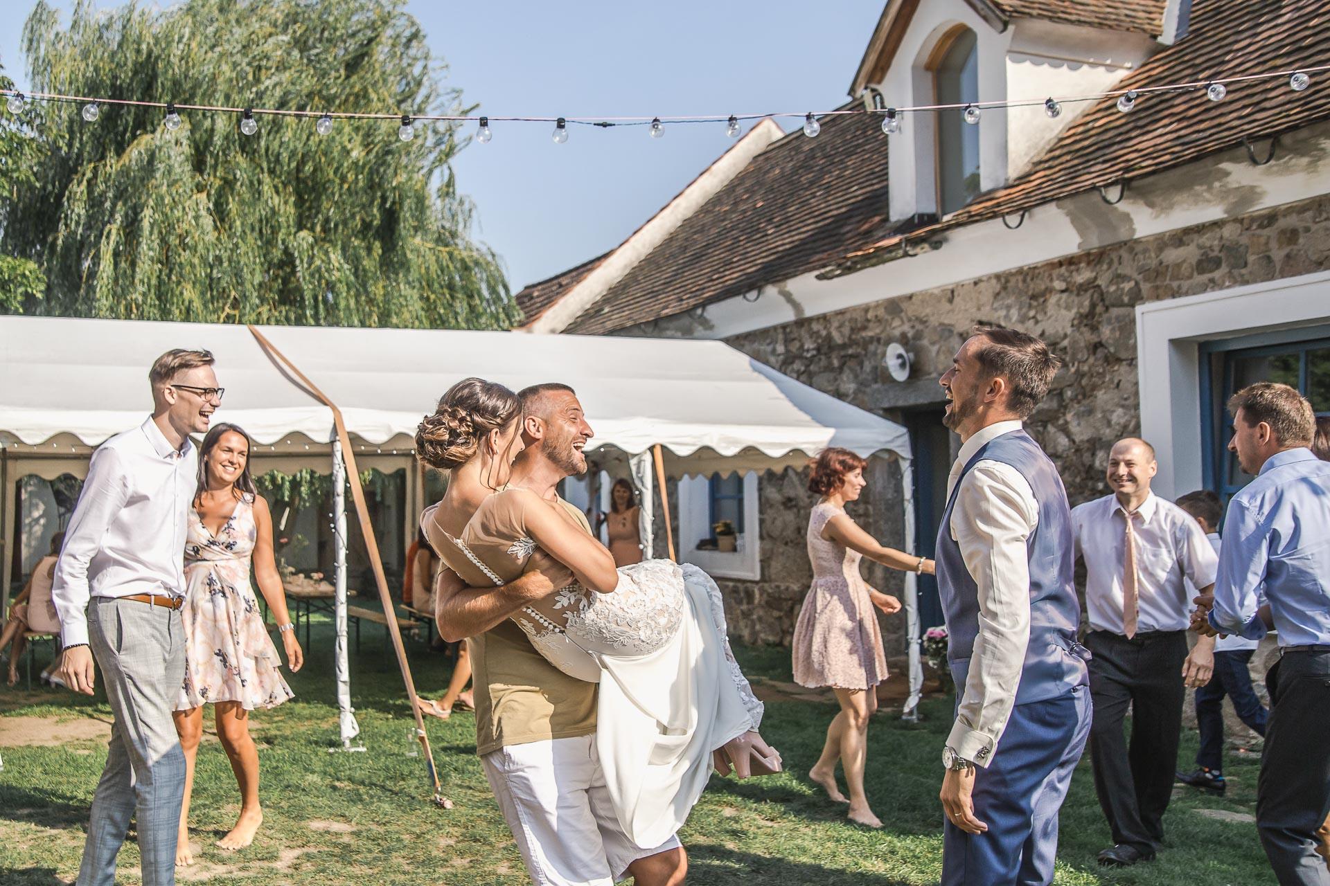 svatební-fotograf-wedding-svatebni-video-orlík-vltava-kostel-statek-stodola-boho-svatba-Beautyfoto-455