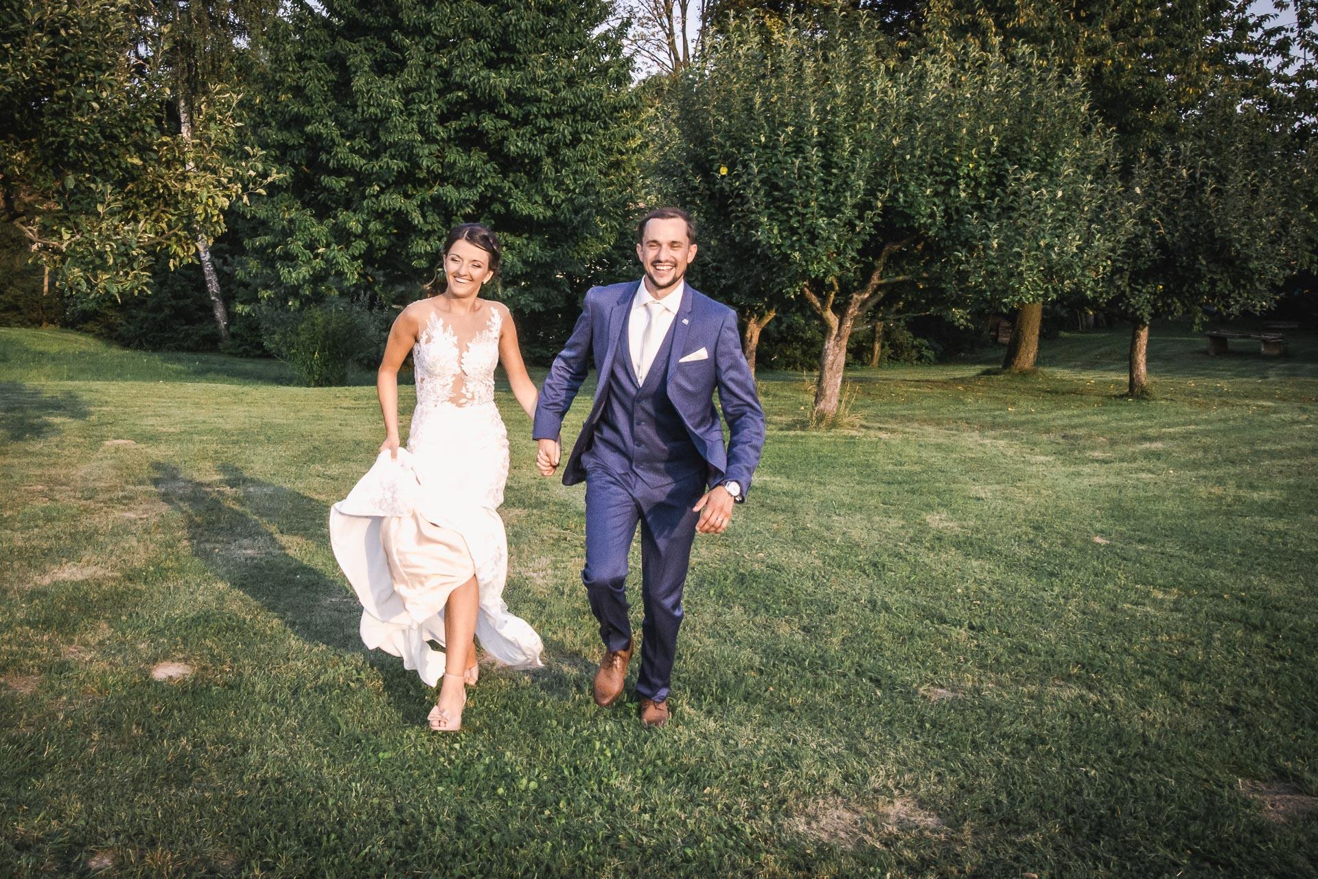 svatební-fotograf-wedding-svatebni-video-orlík-vltava-kostel-statek-stodola-boho-svatba-Beautyfoto-533