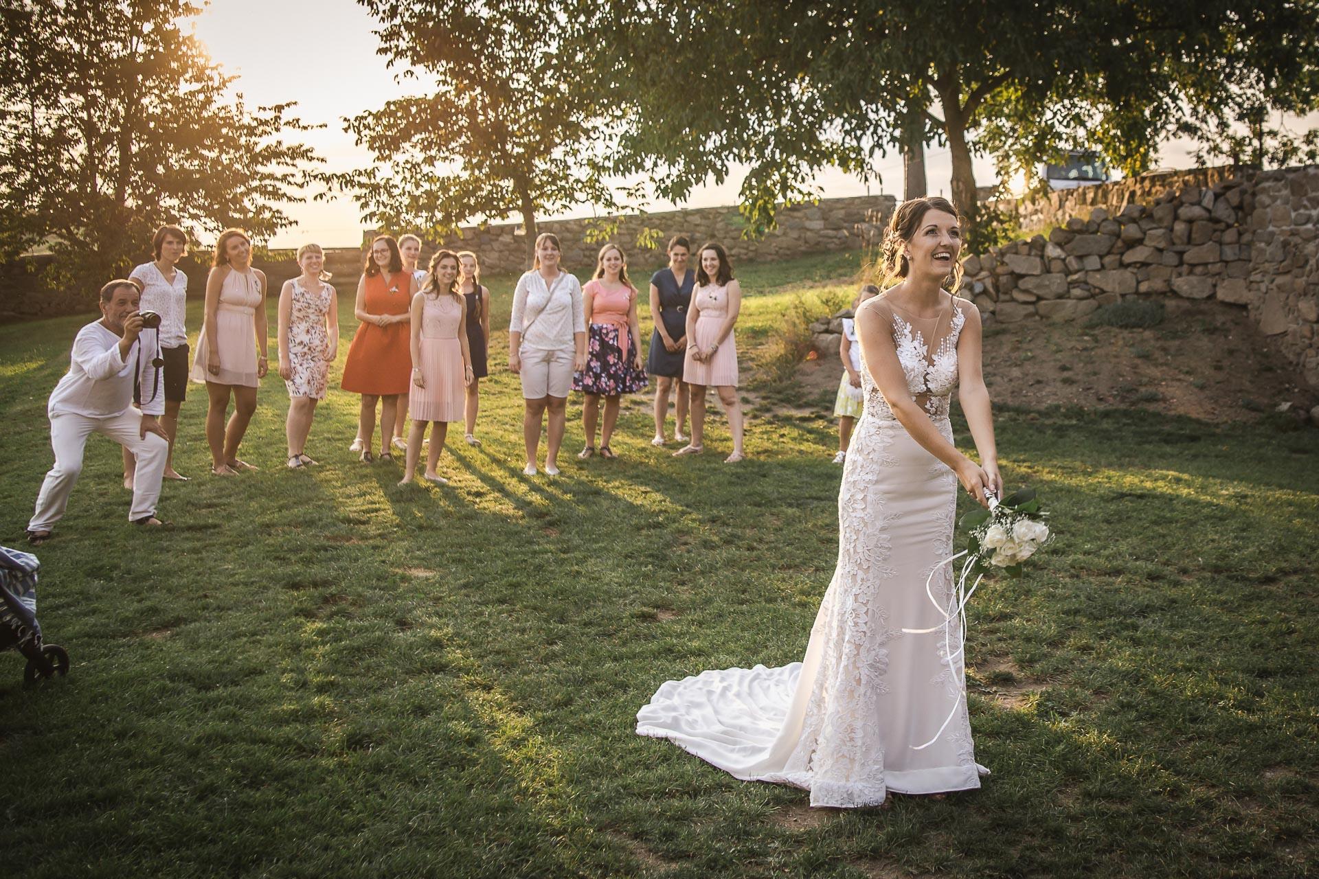 svatební-fotograf-wedding-svatebni-video-orlík-vltava-kostel-statek-stodola-boho-svatba-Beautyfoto-564