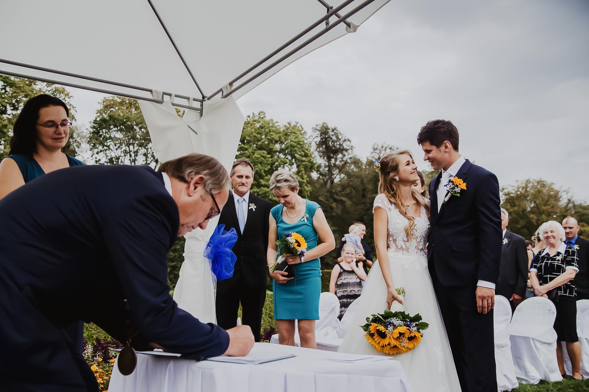 svatební fotograf Lysá nad Labem,  svatební video Lysá na Labem, svatba v zámeckém parku-57
