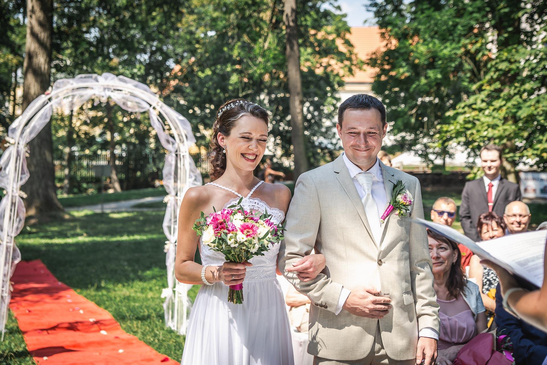 Svatební-fotograf-Praha-Dolní-Počernicerestaurace-Běchovický-dvůr-2035
