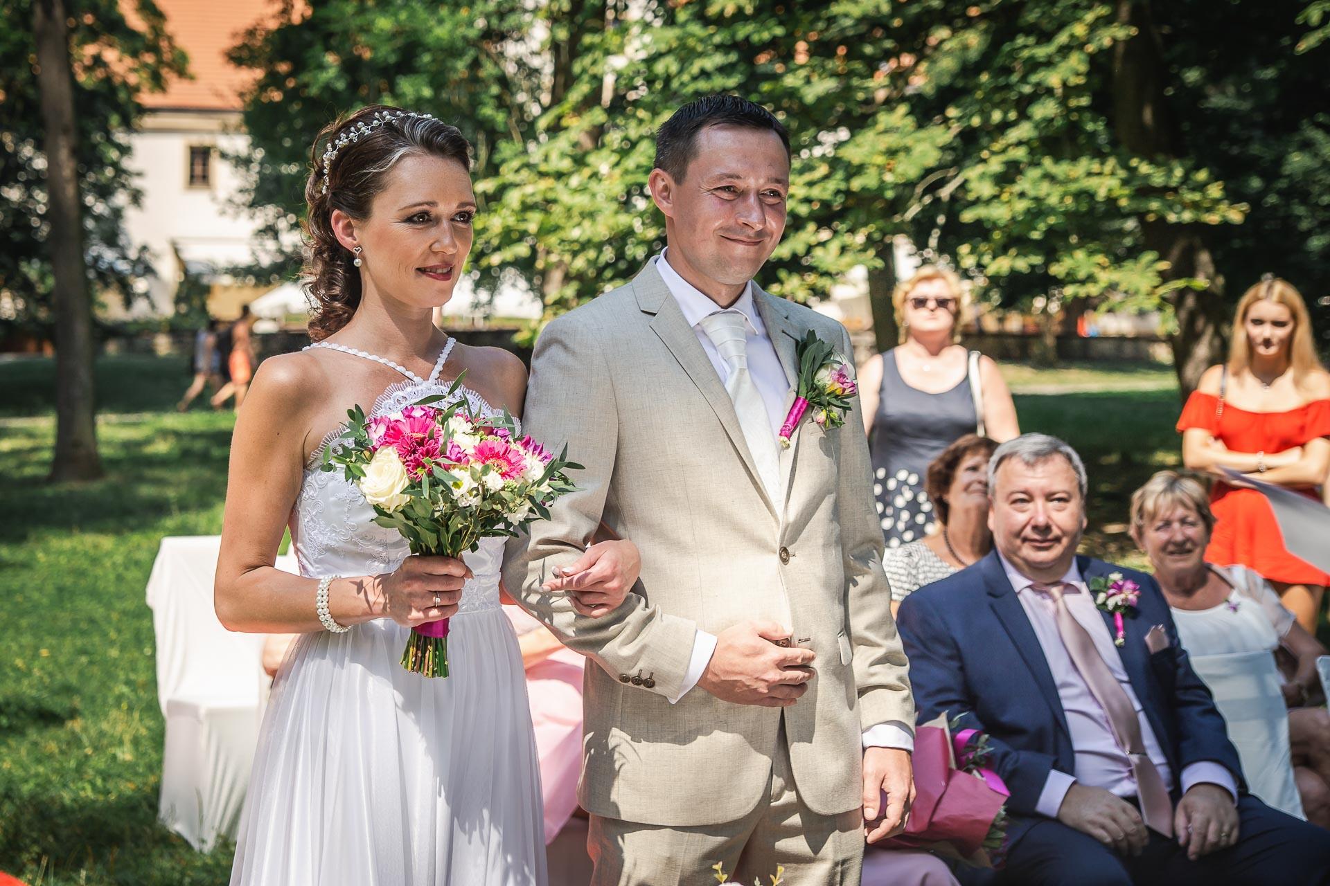 Svatební-fotograf-Praha-Dolní-Počernicerestaurace-Běchovický-dvůr-2036