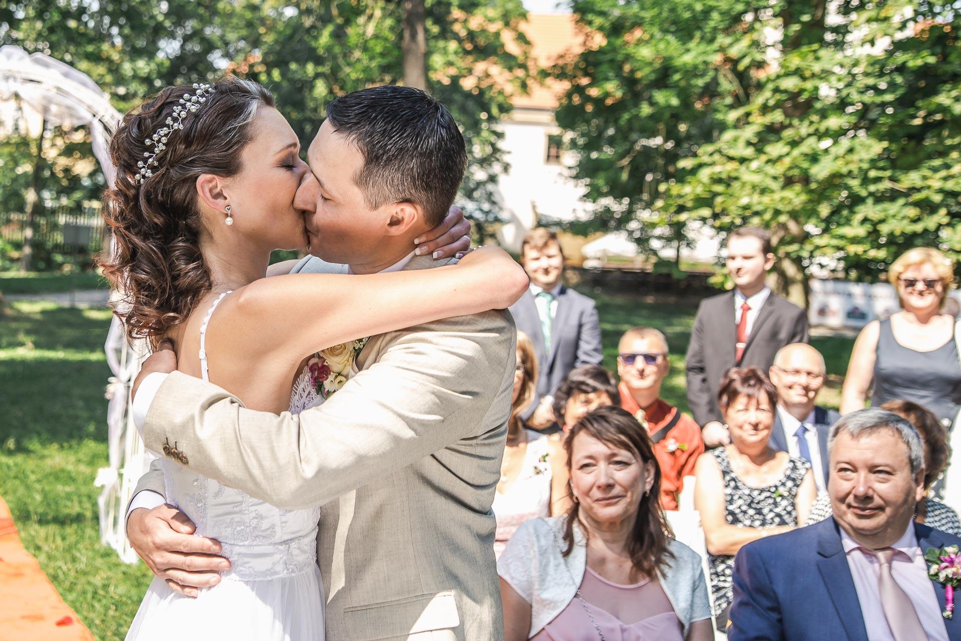 Svatební-fotograf-Praha-Dolní-Počernicerestaurace-Běchovický-dvůr-2063