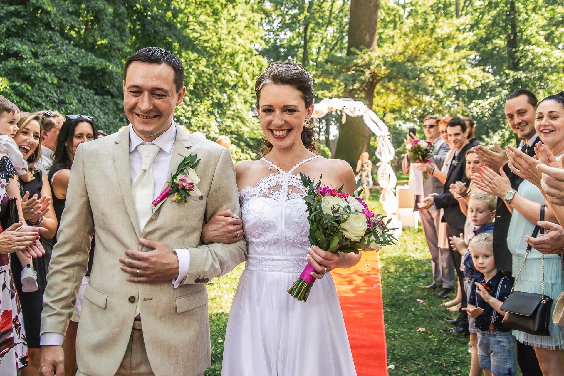 Svatební-fotograf-Praha-Dolní-Počernicerestaurace-Běchovický-dvůr-2311