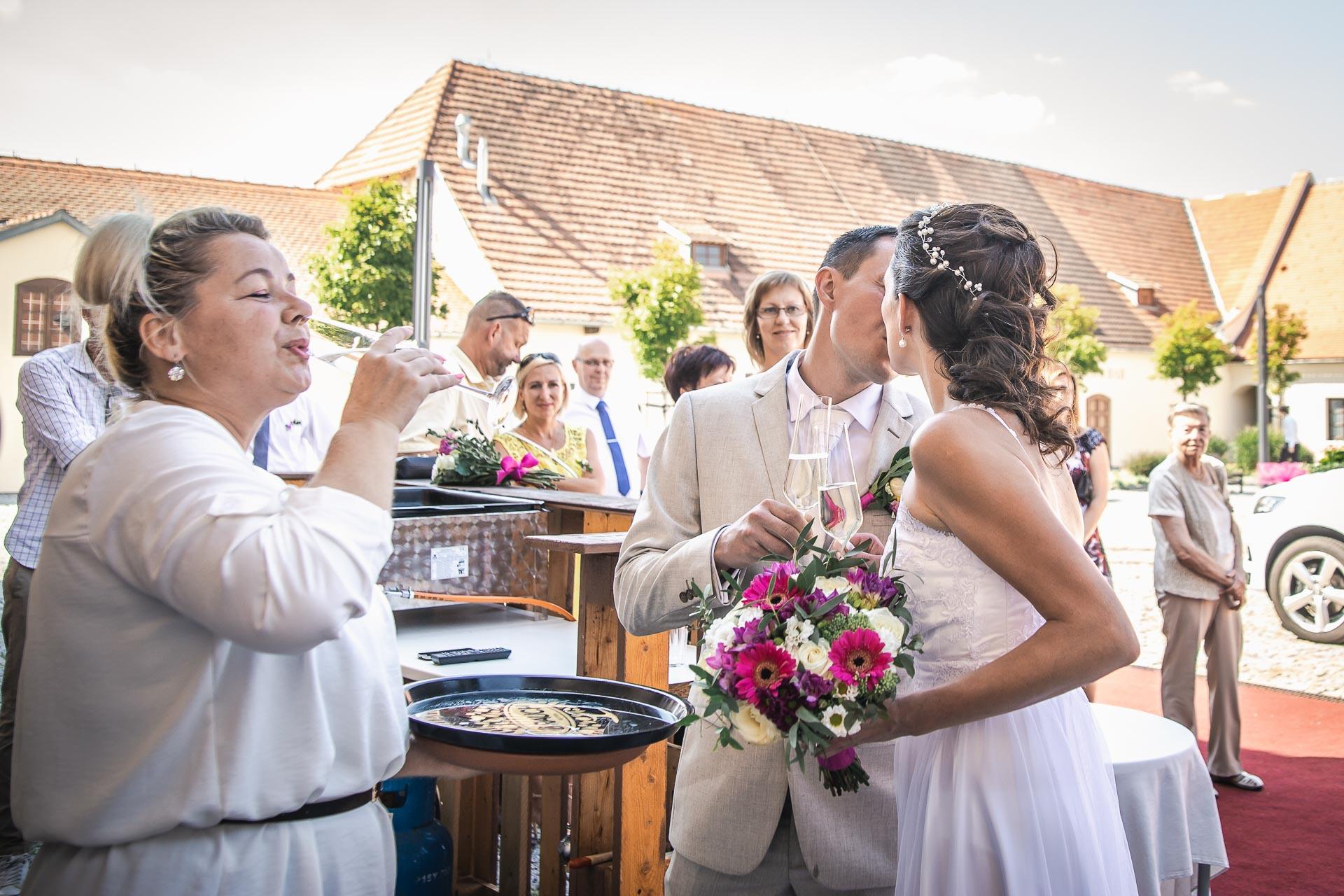Svatební-fotograf-Praha-Dolní-Počernicerestaurace-Běchovický-dvůr-2791