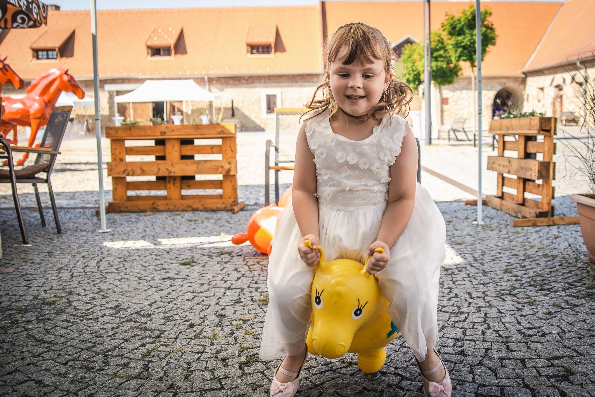 Svatební-fotograf-Praha-Dolní-Počernicerestaurace-Běchovický-dvůr-2869