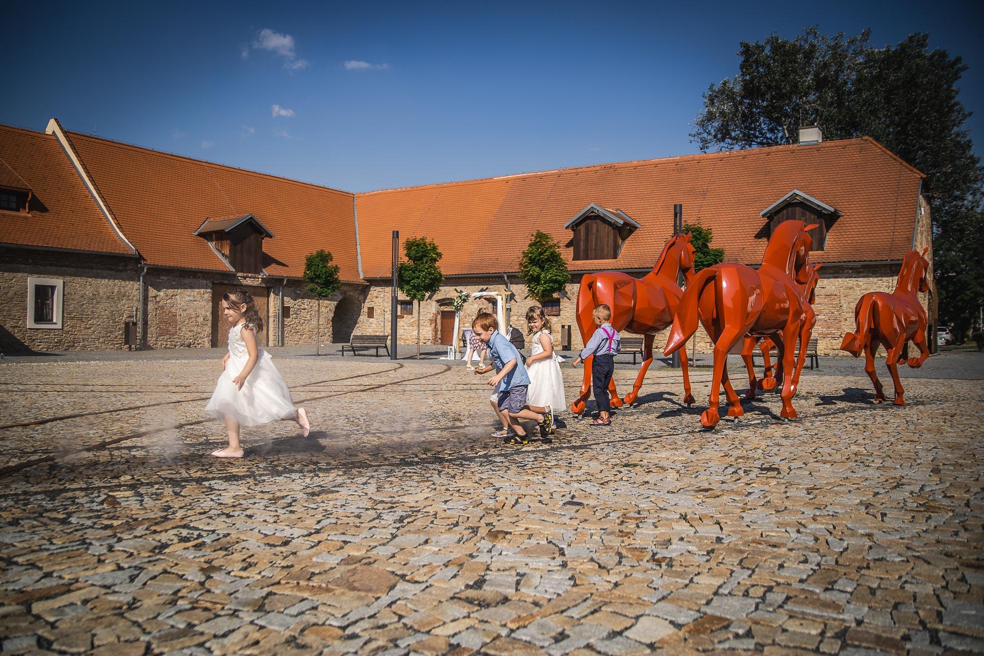 Svatební-fotograf-Praha-Dolní-Počernicerestaurace-Běchovický-dvůr-2881