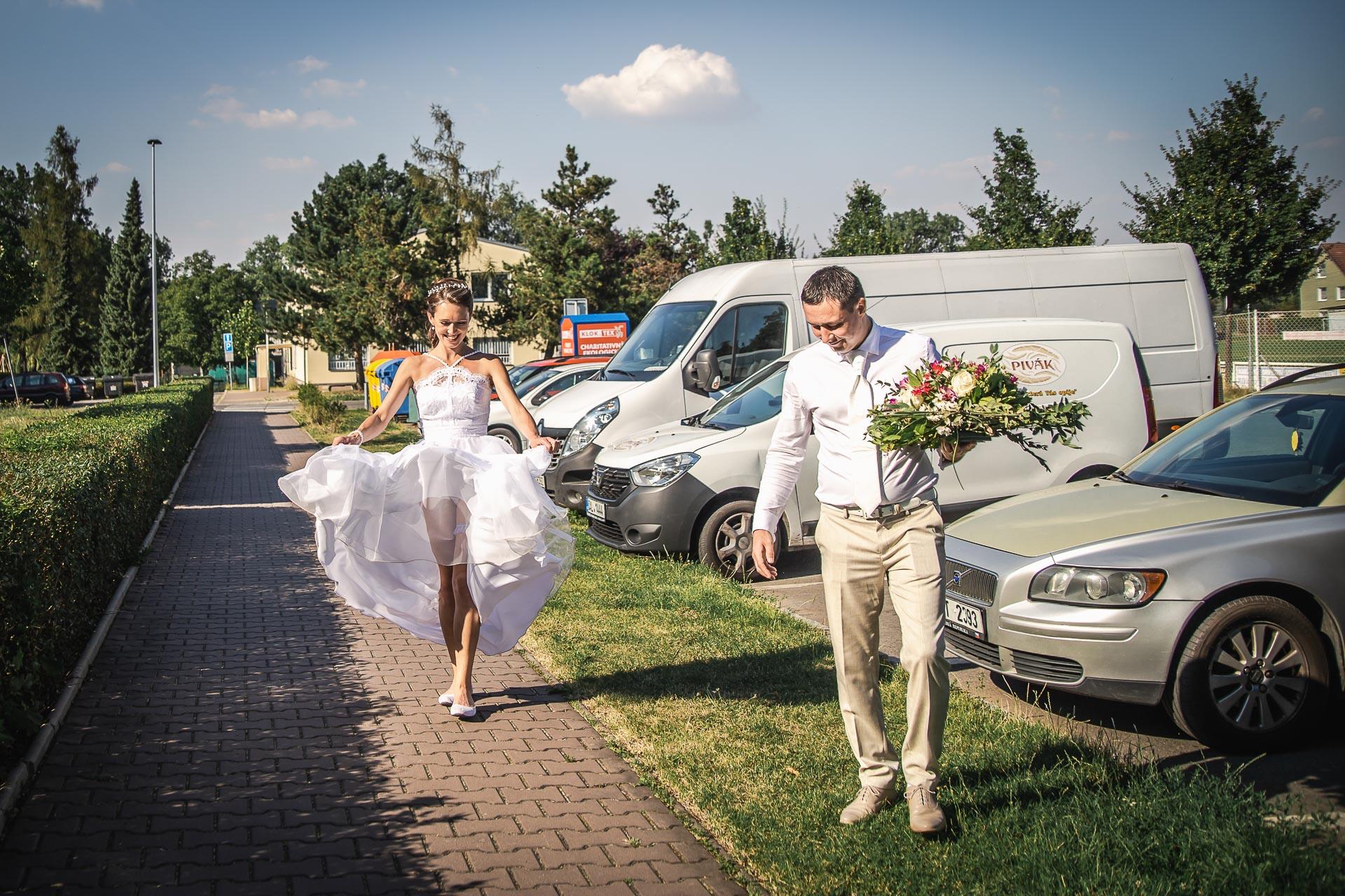 Svatební-fotograf-Praha-Dolní-Počernicerestaurace-Běchovický-dvůr-2904