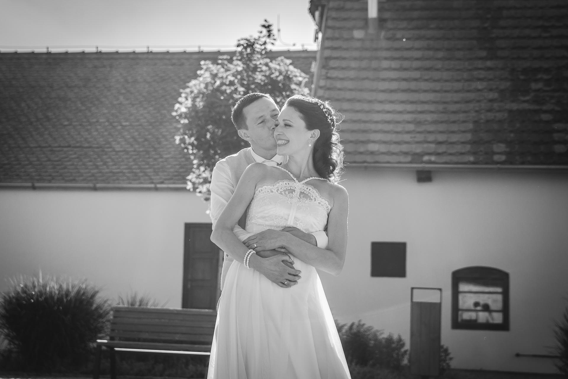 Svatební-fotograf-Praha-Dolní-Počernicerestaurace-Běchovický-dvůr-3048