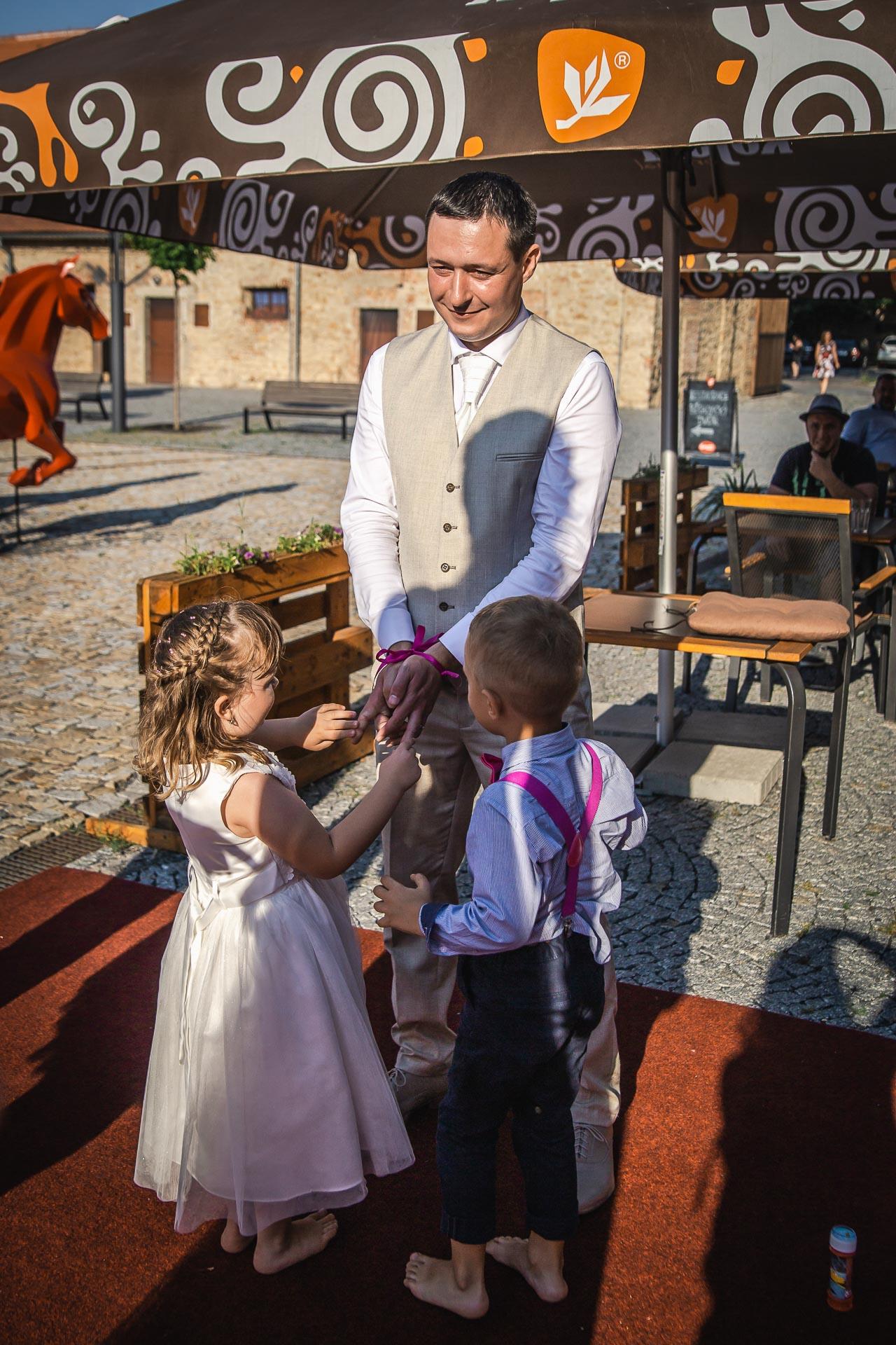 Svatební-fotograf-Praha-Dolní-Počernicerestaurace-Běchovický-dvůr-3064