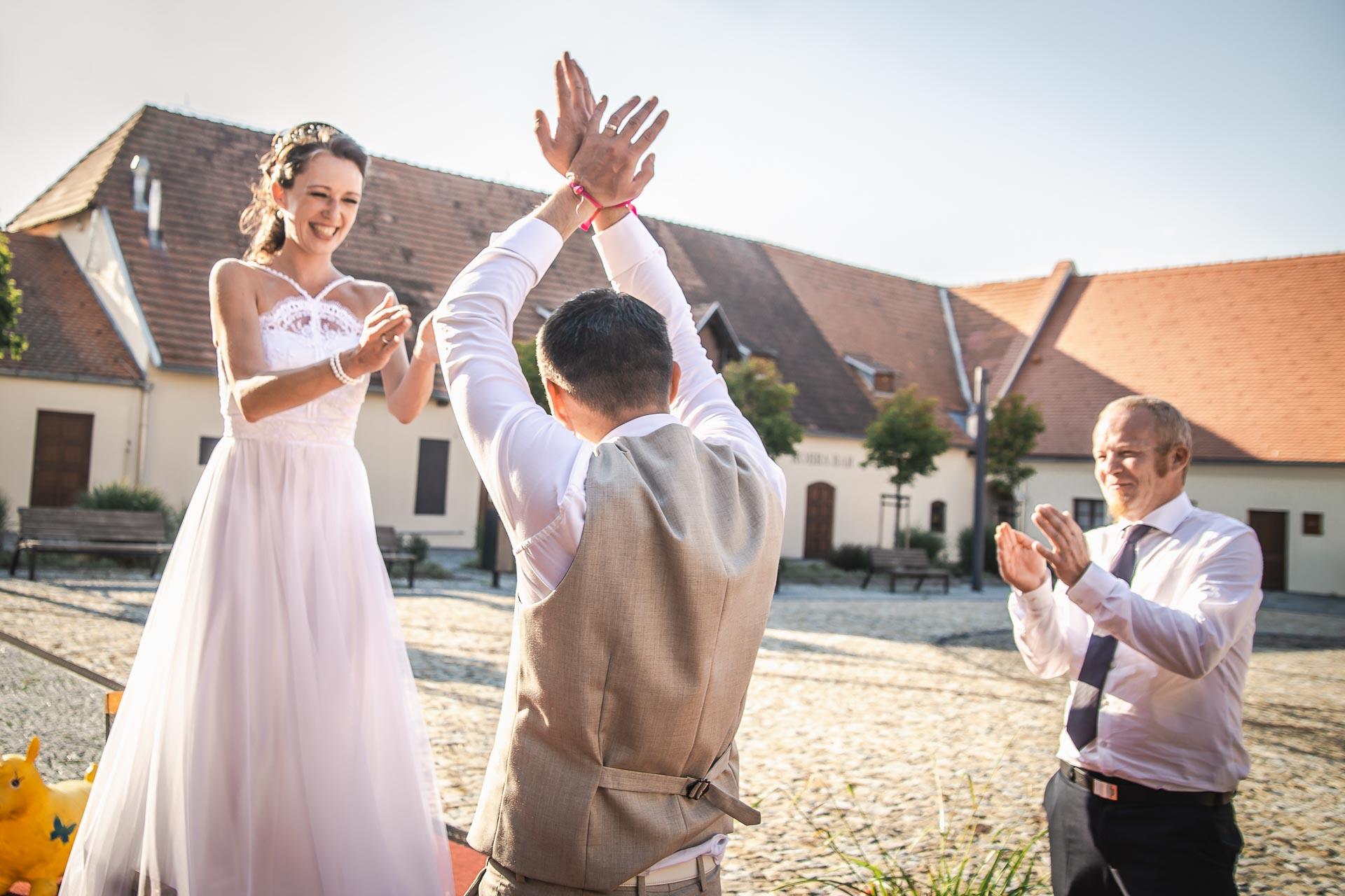 Svatební-fotograf-Praha-Dolní-Počernicerestaurace-Běchovický-dvůr-3076
