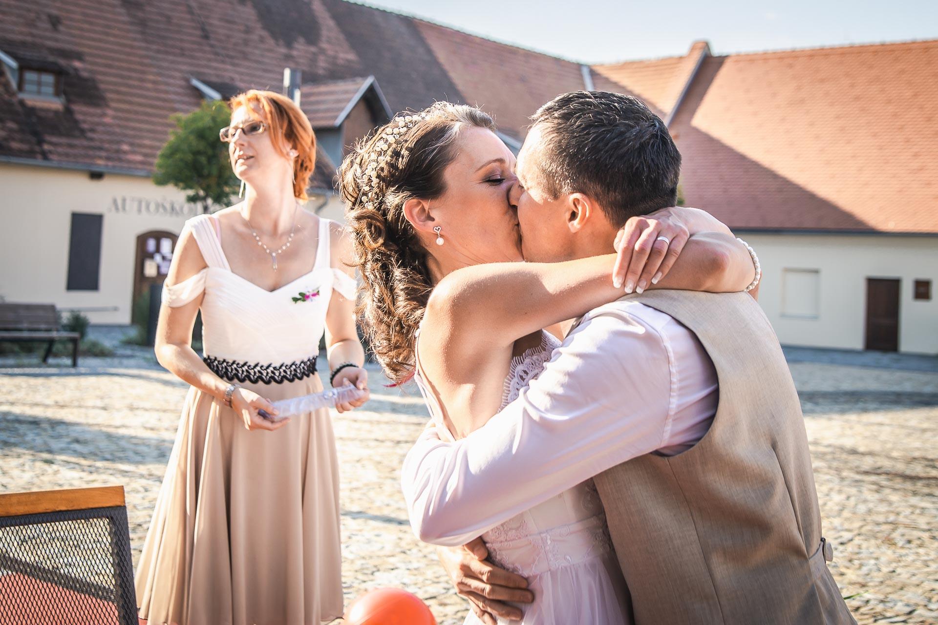 Svatební-fotograf-Praha-Dolní-Počernicerestaurace-Běchovický-dvůr-3084