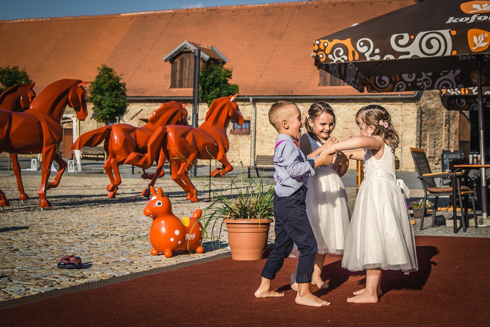 Svatební-fotograf-Praha-Dolní-Počernicerestaurace-Běchovický-dvůr-3144