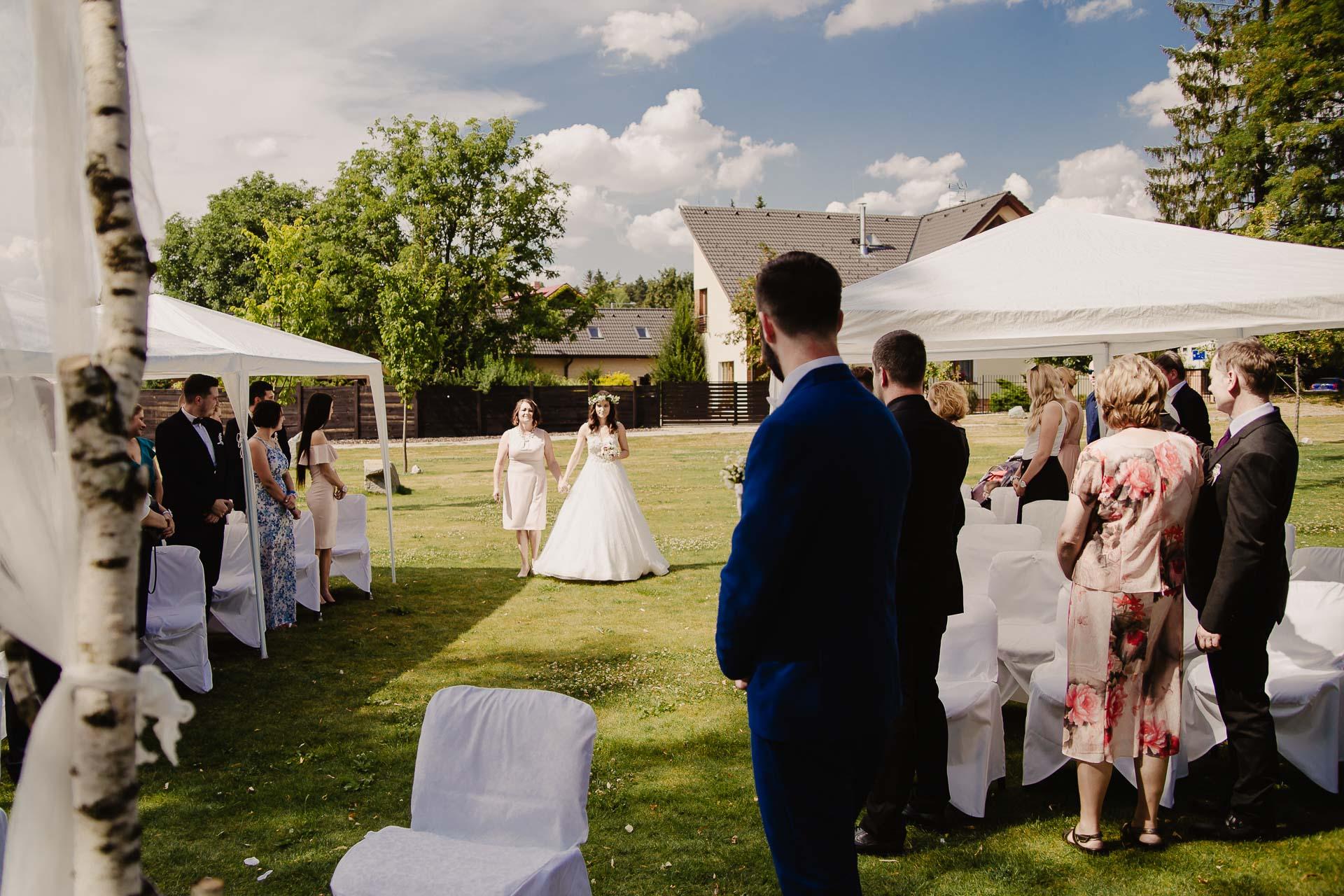 svatební fotograf Kochánky, cirkevní obřad, přírodní boho svatba-11