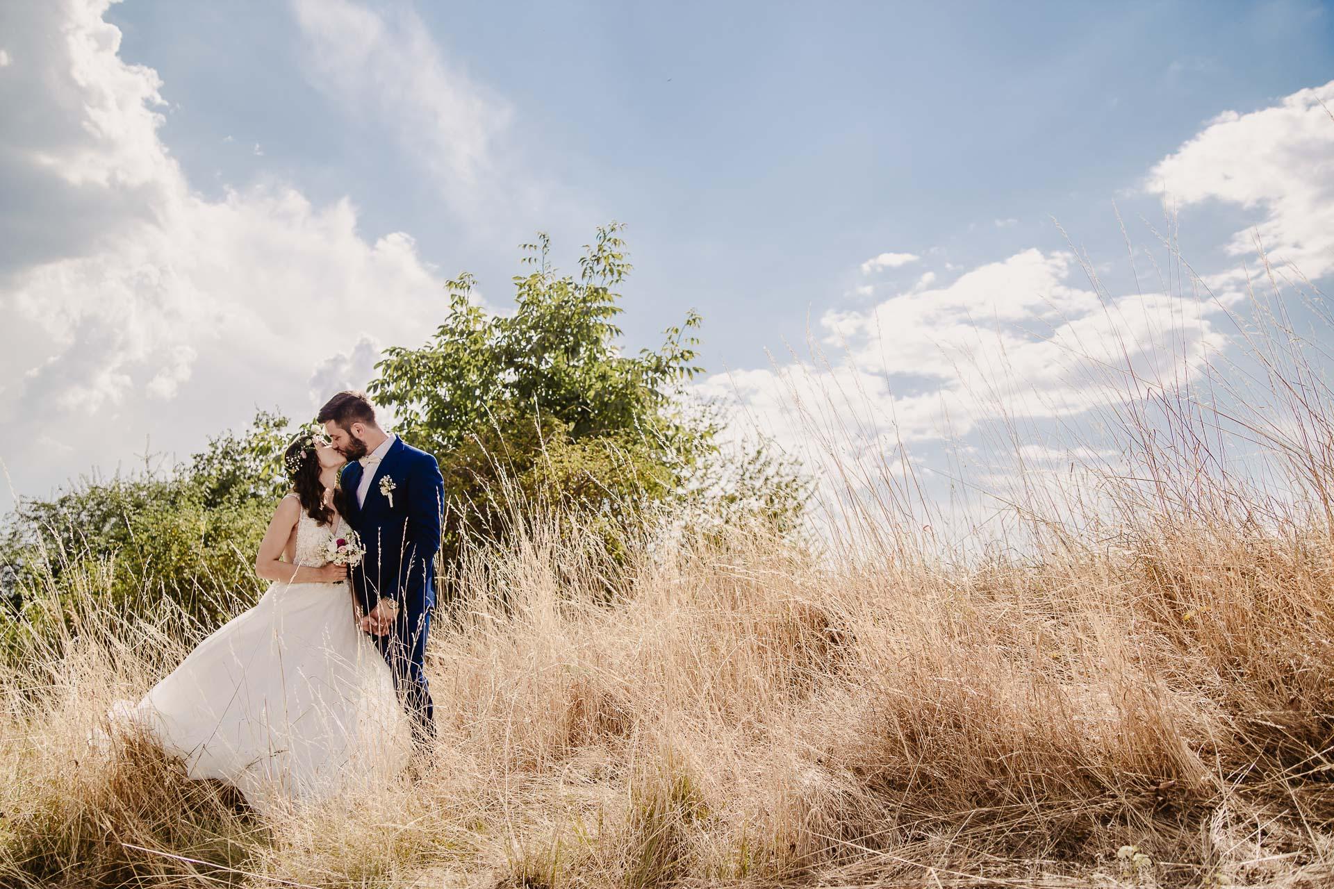 svatební fotograf Kochánky, cirkevní obřad, přírodní boho svatba-134