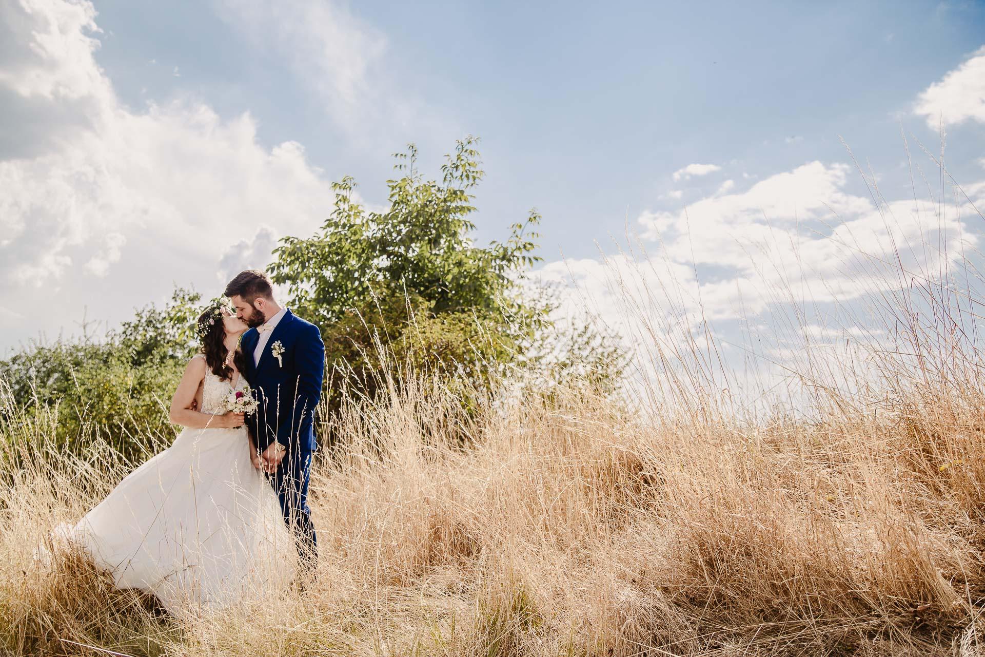svatební fotograf Kochánky, cirkevní obřad, přírodní boho svatba-135