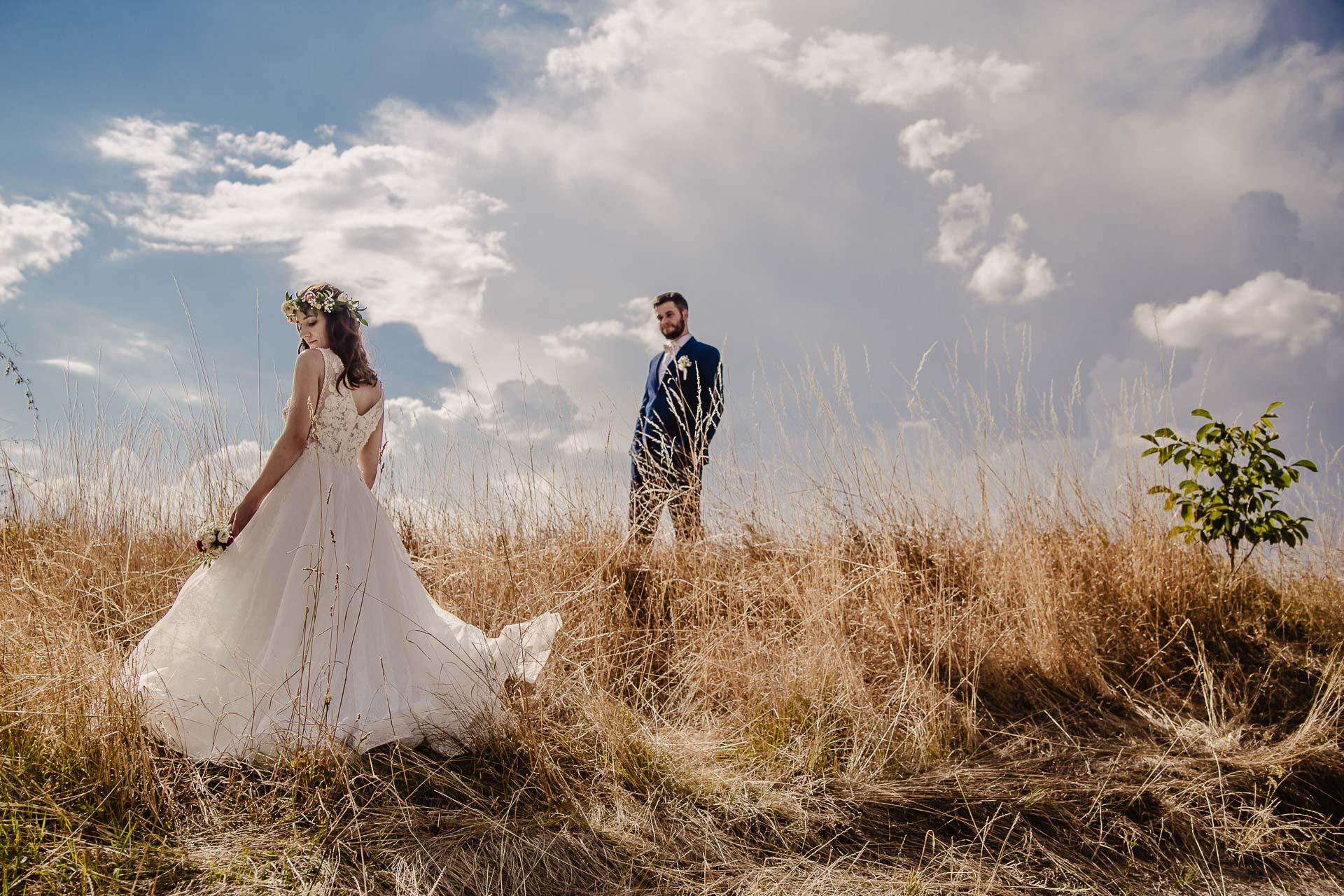 svatební fotograf Kochánky, cirkevní obřad, přírodní boho svatba-145