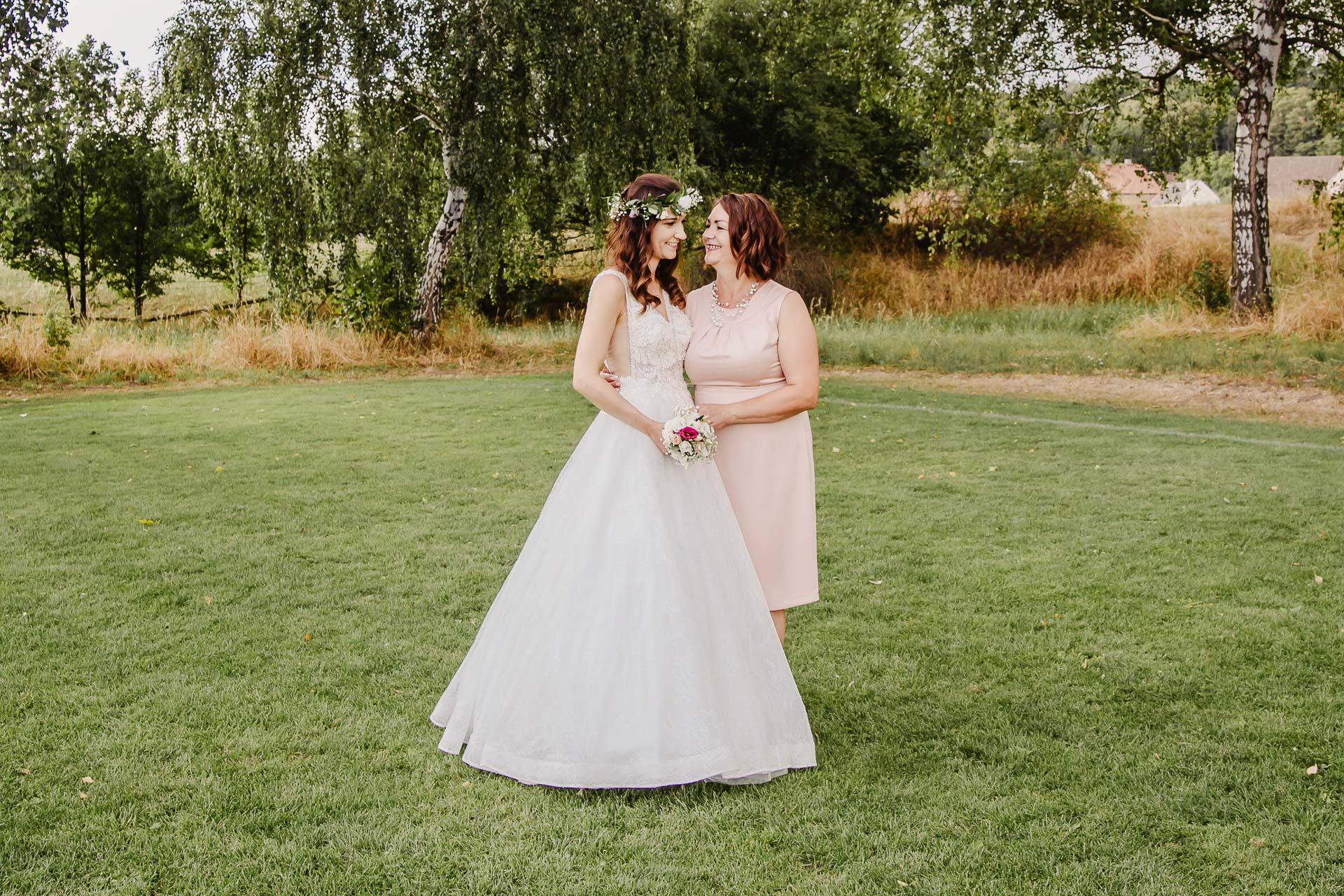 svatební fotograf Kochánky, cirkevní obřad, přírodní boho svatba-202