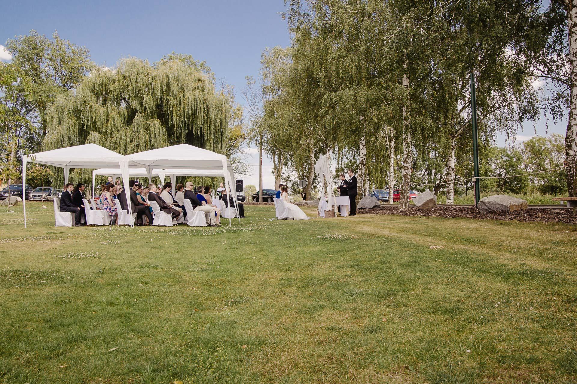 svatební fotograf Kochánky, cirkevní obřad, přírodní boho svatba-23