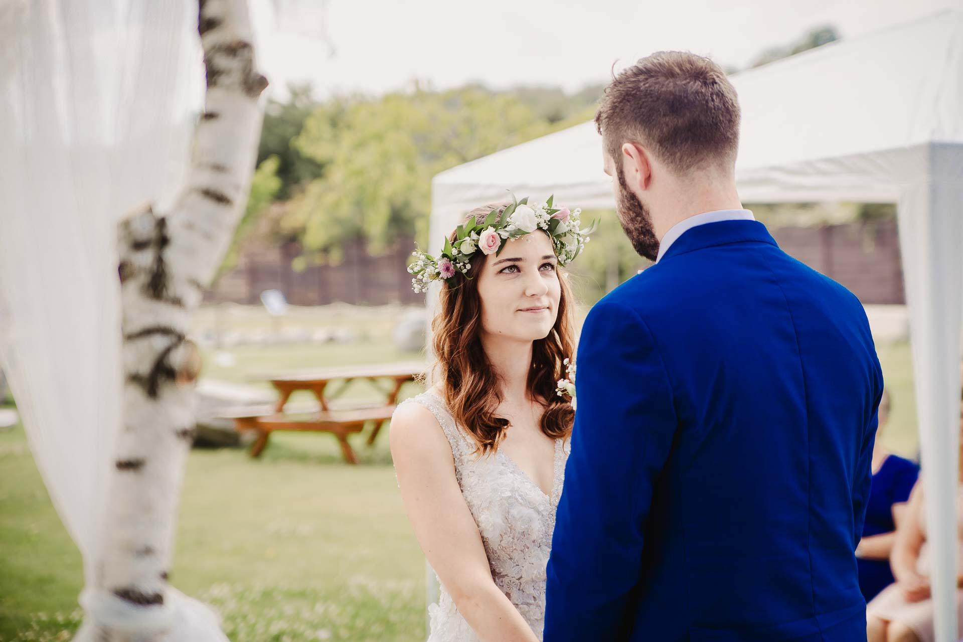 svatební fotograf Kochánky, cirkevní obřad, přírodní boho svatba-41