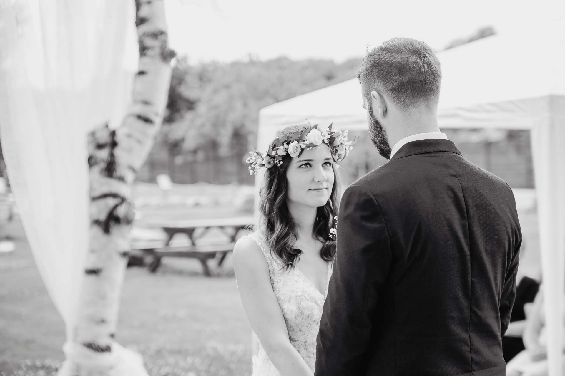 svatební fotograf Kochánky, cirkevní obřad, přírodní boho svatba-42