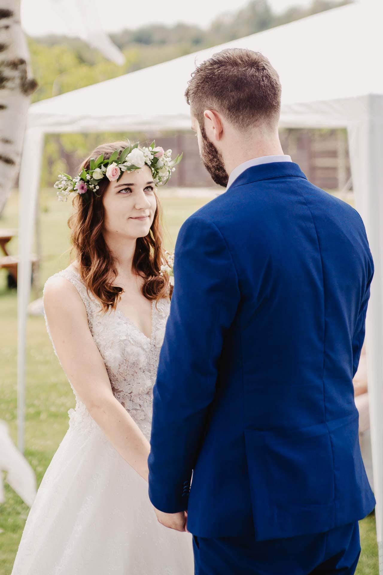 svatební fotograf Kochánky, cirkevní obřad, přírodní boho svatba-43