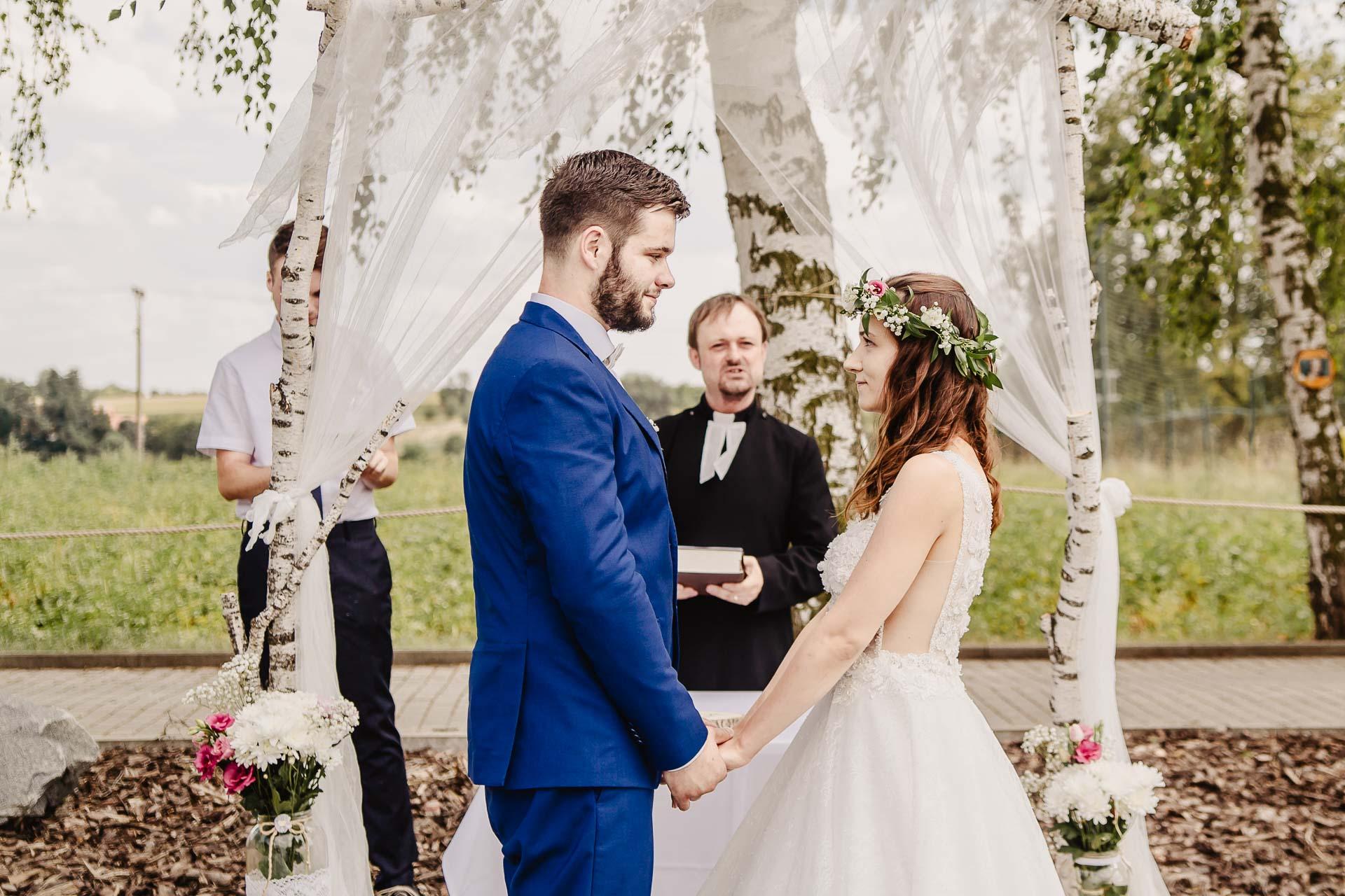 svatební fotograf Kochánky, cirkevní obřad, přírodní boho svatba-46