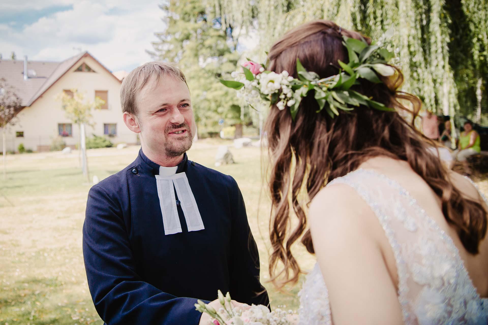svatební fotograf Kochánky, cirkevní obřad, přírodní boho svatba-65