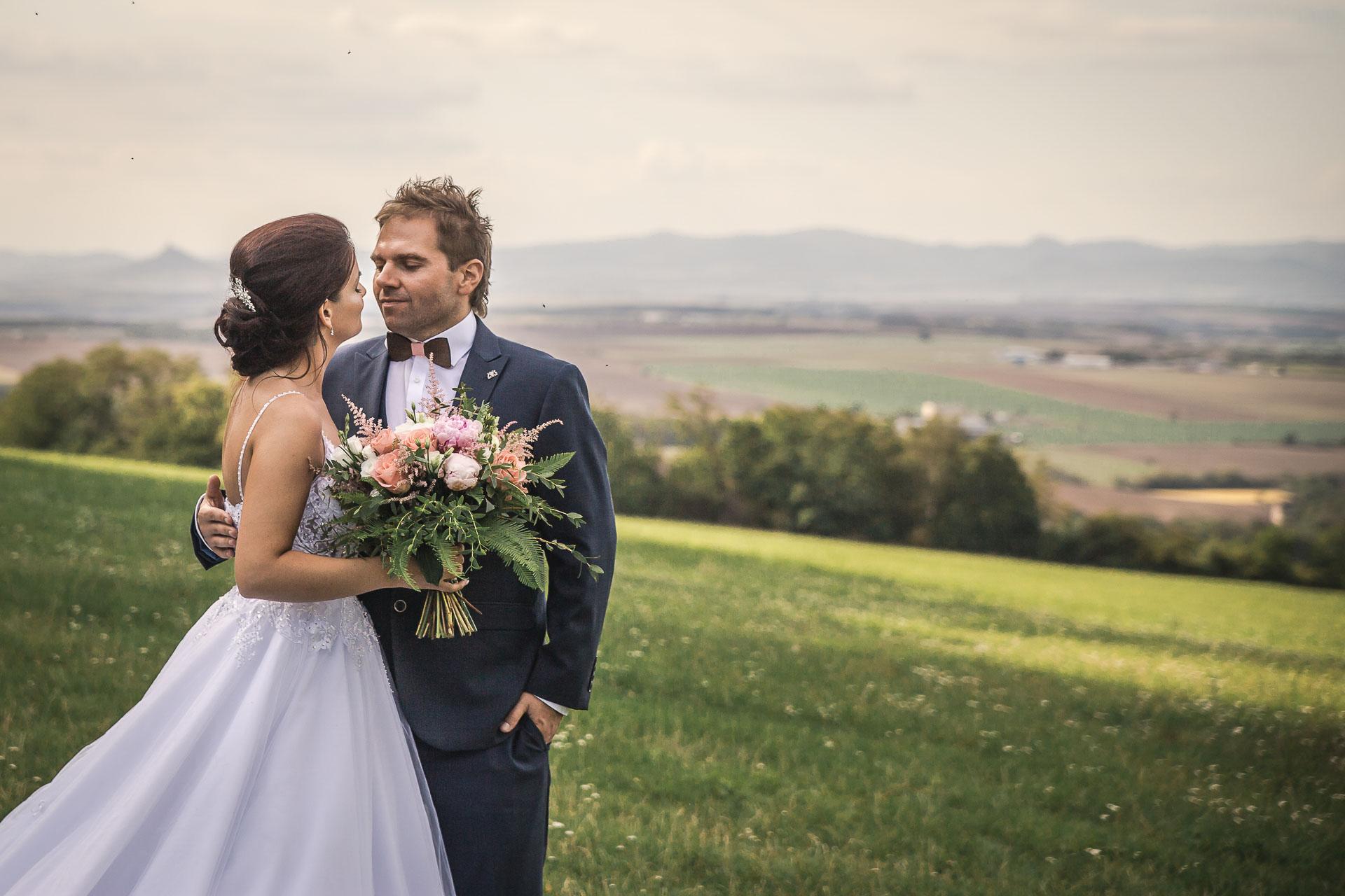 svatební-fotografie-Říp-svatební-video-ŘÍP-svatební-fotograf-ŘÍP-svatba-Mělník-svatba-Neratovice-fotograf-na-savtbu-kameraman-na-svatbu-317