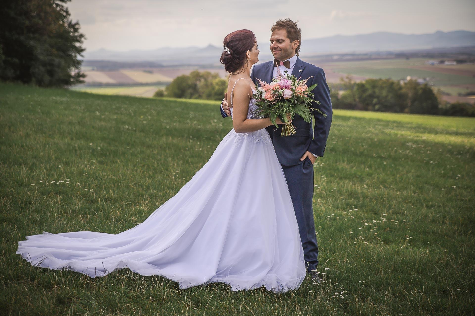 svatební-fotografie-Říp-svatební-video-ŘÍP-svatební-fotograf-ŘÍP-svatba-Mělník-svatba-Neratovice-fotograf-na-savtbu-kameraman-na-svatbu-318