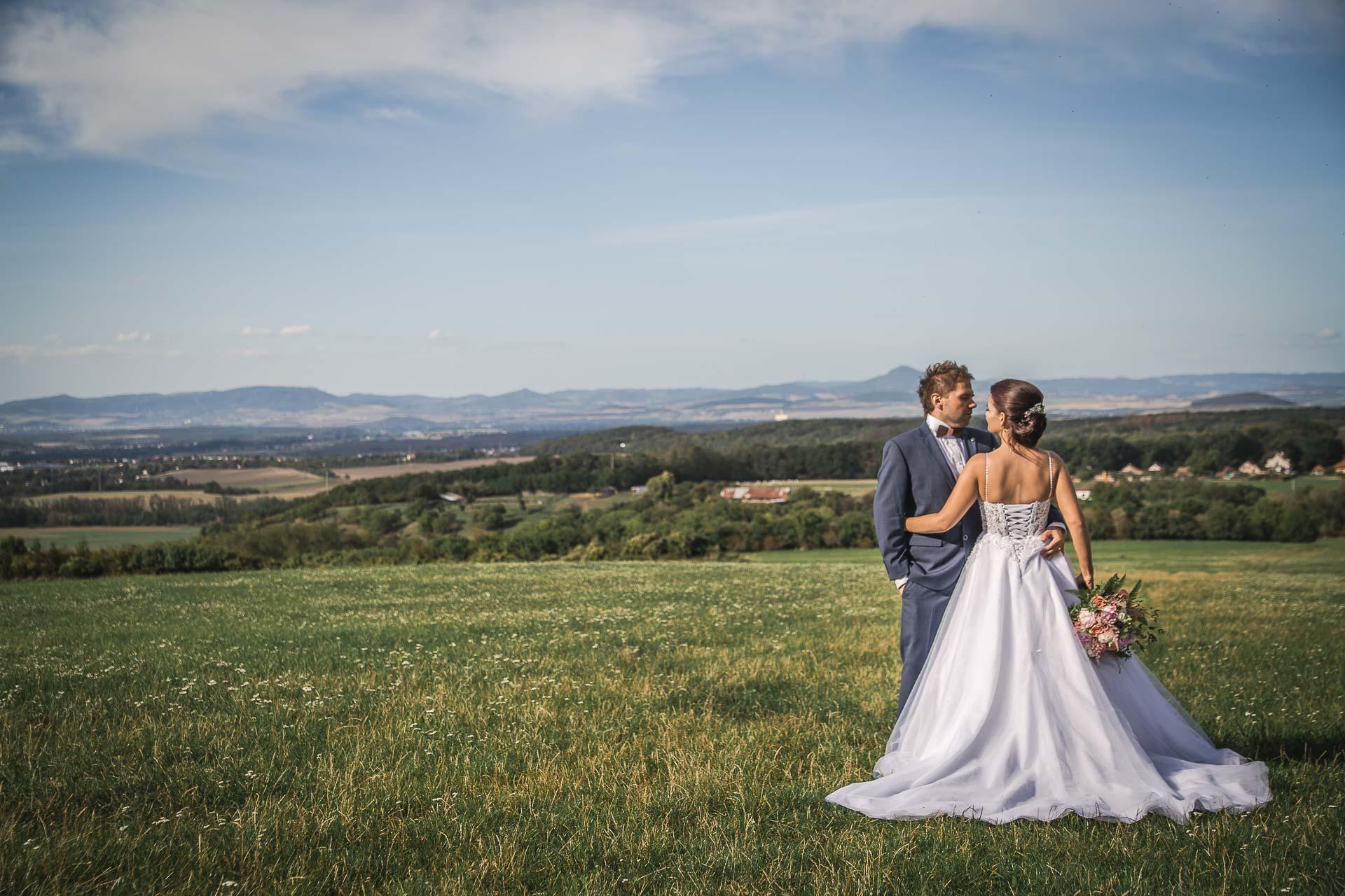 svatební-fotografie-Říp-svatební-video-ŘÍP-svatební-fotograf-ŘÍP-svatba-Mělník-svatba-Neratovice-fotograf-na-savtbu-kameraman-na-svatbu-327
