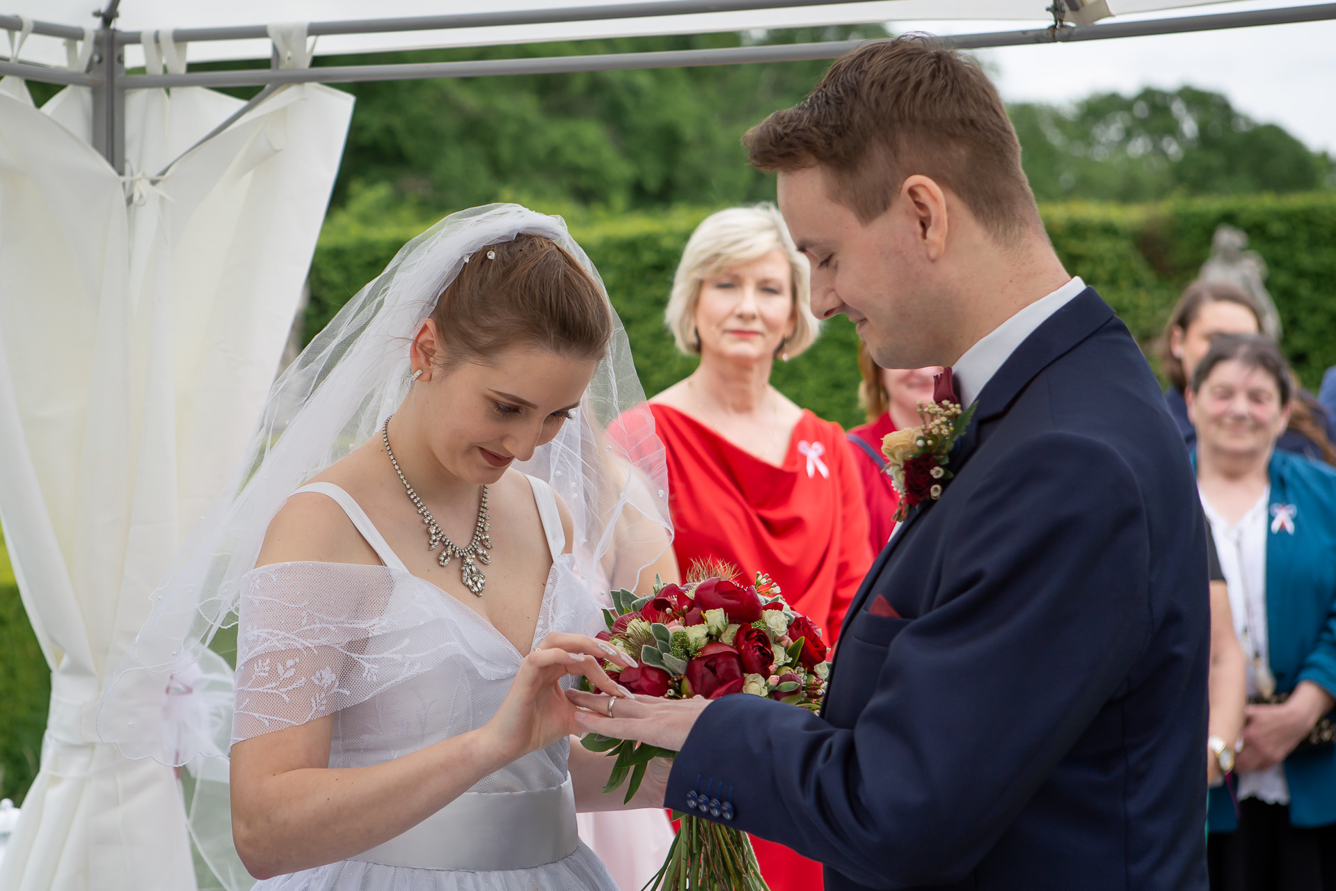 navlékání-snubních-prstenů